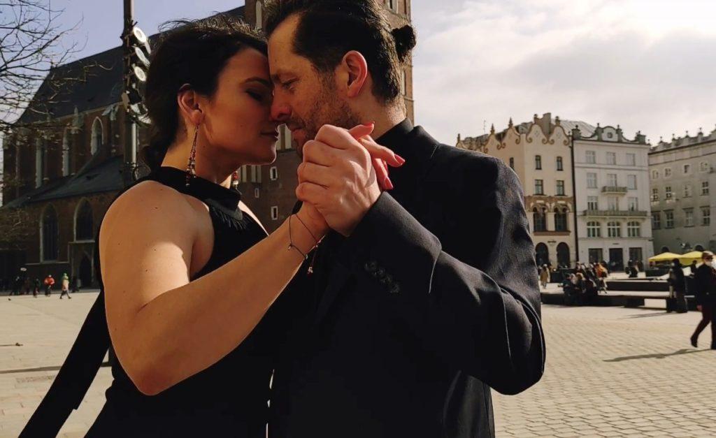 Para tańcząca tango na Rynku w Krakowie
